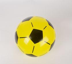 Los niños jugando fútbol PVC inflable