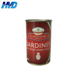 Vider le poisson peut de sardines dans la sauce piquante de l'Assam