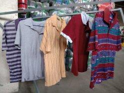 アフリカの市場のための使用された着る中古の衣服のTシャツのジーンズ