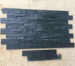 Черный неровной поверхности природного камня сланца, деревянными панелями стены оболочка плитки