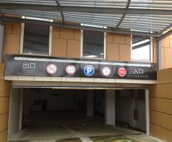 De Banners van het Metaal van de Uitgang en van de Ingang van het parkeerterrein