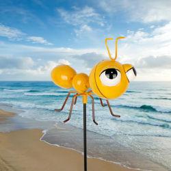 屋外のかわいい金属の黄色の蟻のヤードおよび芝生の棒の庭の供給