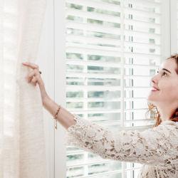 النوافذ الخلفية والأبواب الخلفية ذات فتحات تهوية PVC خشبية ستائر نوافذ جلووسي Shutter