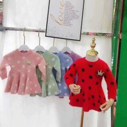 Les enfants de l'habillement. Les enfants d'usure. Les vêtements pour enfants. Les enfants d'usure. Plus tard les filles de l'hiver de l'usure, d'enfants robe pull, vison, fil de coton enduire manteau.