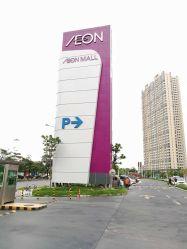イーオンのプロジェクトの照らされる大きい鉄骨構造のパイロン表記を広告する