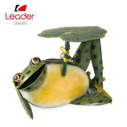수련 잎 측 테이블을%s 가진 눈길을 끄는 금속 개구리