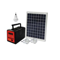 マルチファンクションソーラーパワーシステムホームライティングシステムサポート TV 太陽光発電システムを見ている家族