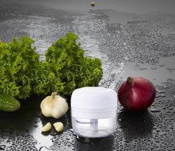 台所は小型多機能の電気フードプロセッサのニンニクの粉砕機のチョッパーに用具を使う
