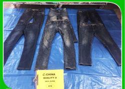 De gebruikte Jeans van Mensen met de Nieuwe en Stijl van de Manier