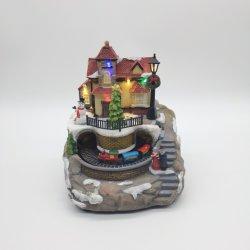Fábrica de BSCI Casa de Navidad de resina con luz LED de la música la decoración del hogar