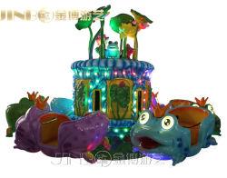 子供のおもちゃの跳躍装置の遊園地の子供はカエルの跳躍のまわりで乗る