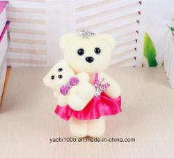 Pequenas Bonitinha ostentar brinquedo com vestido para mãe dia dons
