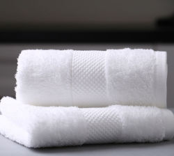 Dobby van de douane de Witte van de Katoenen die van de Grens Handdoek Gift van de Badhanddoek in Luxe 100% de Katoenen Handdoek van het Hotel wordt geplaatst