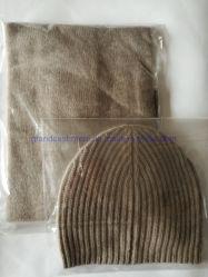 カシミヤ織によって編まれる人の帽子のスカーフ