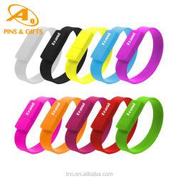 저렴한 맞춤형 디보싱 블랭크 고무 팔찌 애니메이션 실리콘 PVC 디스크 스프레이 페인트 Qatar Sport USB 플래시 드라이브 손목 밴드