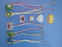 さまざまな点滅LEDは子供のためのライトに蹄鉄を打ち、靴のアクセサリをからかう