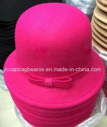 上品な女性のフェルトのバケツの帽子