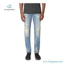 上デザイン方法ペンキ及び修理された穴(ズボンE.P. 4121)が付いている細まっすぐな人のジーンズの100%年のデニム