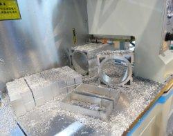 Алюминиевые окна угловой разъем пилы машины