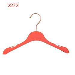 卸し売り贅沢なブランドの赤いゴムノッチが付いている上塗を施してある子供のハンガー