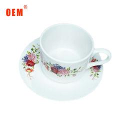 Vintage цветочными орнаментами тонкой чашки кофе и форму диска фарфора