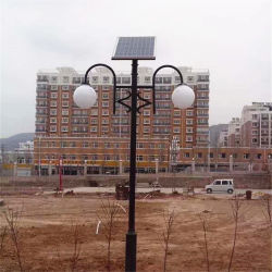 電流を通された鋼鉄ランプのポストの街灯柱の電気交通標識