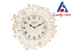 Blanco antiguo reloj de pared con flor y decoración de las aves