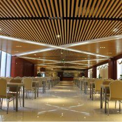 Du grain du bois d'aluminium de couleur du déflecteur de faux plafond suspendu de bande en Métal Décoration extérieure pour l'intérieur