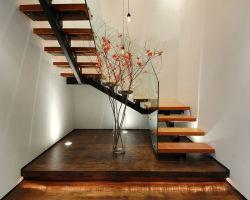 Forme en U des escaliers avec le côté de l'acier et verre Stringer étape balustrade en bois