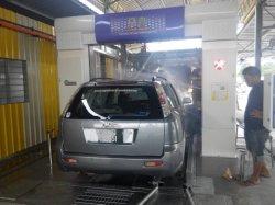 Entièrement automatique équipement de lavage de voiture du Tunnel avec neuf balais