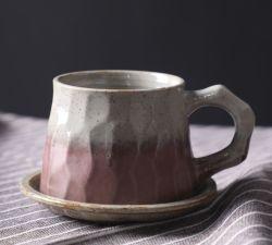 De Uitstekende kwaliteit van de Levering van de fabriek maakte de Fijne Schotel van de Kop van het Porselein Ceramische die en van de Kop van de Thee van de Schotel met het Embleem van de Douane wordt geplaatst in reliëf