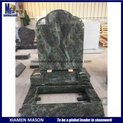 Зеленый надгробных плит с гранитной Headstones в вертикальном положении