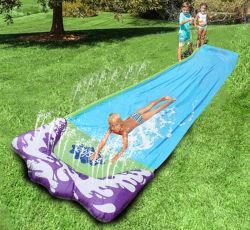 裏庭の屋外の草のゲームは子供のための膨脹可能なしぶきのスプリンクラー水スライドをもてあそぶ