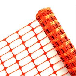 オレンジ安全策を囲うアセンブルされた雪の塀のプラスチック