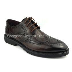La main en cuir noir coloré brunir les hommes chaussures formelle