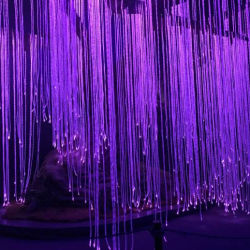 إضاءة الستار عن شلال شلال مائي من السحابة البصرية الليفية
