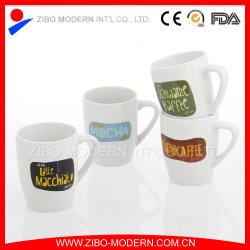 Weißer farbiger Becher mit Kaffee-Entwurf