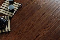 Agarre la mano de roble de estilo de piso de madera de ingeniería