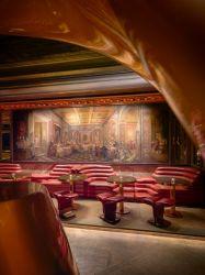 ナイトクラブの棒クラブ赤い円形の椅子のためのステンレス鋼のトリムの黒の緩和されたガラスの上が付いている円形の銅の終わりベースコーヒーテーブル