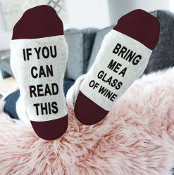 冬の暖かく柔らかくおかしく幸せな文字はこれを読むことができれば女性の女の子のHip Hopの粋でかわいいピンクワインの芸術のソックスのためのギフトを強打する