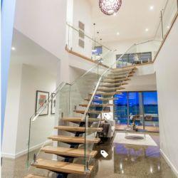 Escalera de madera de lujo con baranda de escalera