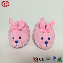 赤ん坊靴のピンクのウサギの柔らかいプラシ天はギフトのスリッパをからかう