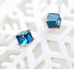 立方体の水晶空想はStrassのダイヤモンドのビードに投石する