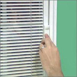 現代様式の PVC のブラインドの窓、内部のブラインドはガラスを絶縁する