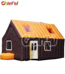 屋外の Halloween の装飾は膨張性がある Halloween の家