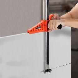 La mano empujar la placa de yeso Sheetrock cortadora con una buena calidad