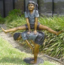 屋外の庭の骨董品の青銅の彫像の男の子および女の子のブロンズ彫刻