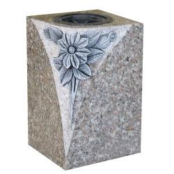 Vasi poco costosi del granito del cimitero con la scultura del fiore