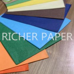 В подарочной упаковке наматывание материала черного цвета ткани бумаги