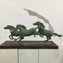 馬、室内装飾を疾走するギフトのブロンズ彫刻